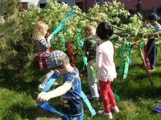 Stavanie mája - deti MŠ v Kolte